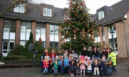 Kinder haben Weihnachtsbaum im Rathausinnenhof geschmückt