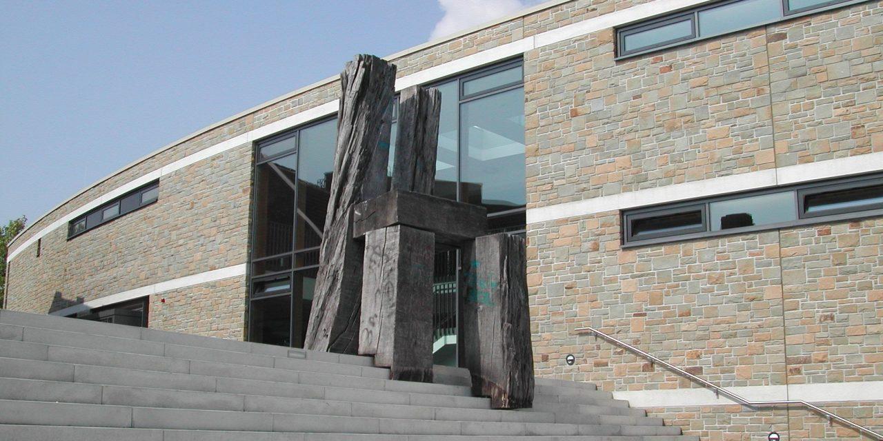 Stuhlskulptur von Madgalena Jetelova wird restauriert