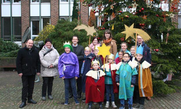 Sternsingerinnen und Sternsinger bringen den Segen für das Rathaus