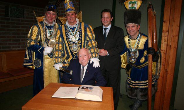 Bernd Schall mit Eintragung in das Goldene Buch geehrt