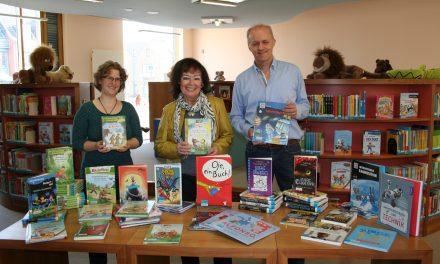 Andrea Szebel spendet für die Stadtbücherei Pulheim