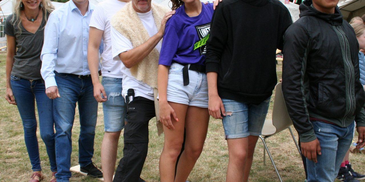 Zahnrad: Internationale Betreuer bei den Ferienspielen