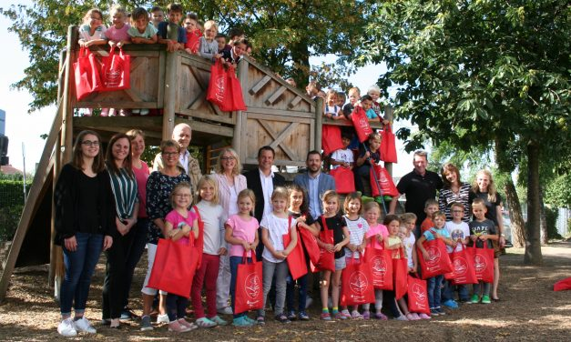 Bürgermeister Keppeler überreicht Erstlesetüten