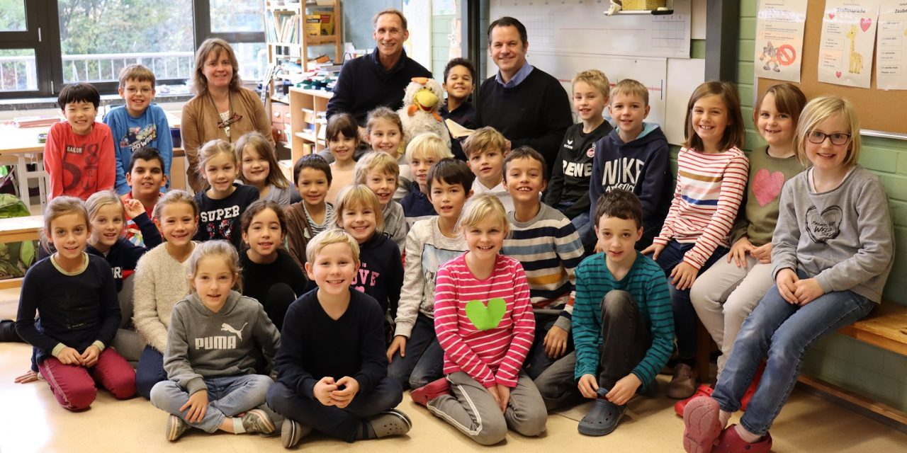 Bürgermeister Keppeler liest Grundschulkindern vor