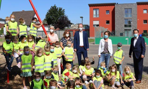 Mit Leuchtkraft auf dem Schulweg – Bürgermeister Keppeler überreicht Warnwesten